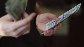 Compte de la devise des USA La femme compte l'argent Nouveaux dollars disponibles Mouvement lent HD banque de vidéos