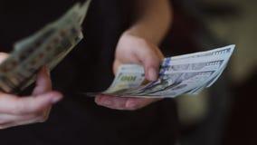 Compte de la devise des USA La personne compte l'argent Nouveaux dollars disponibles Mouvement lent banque de vidéos
