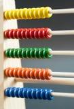 Compte en bois d'école colorée Images stock