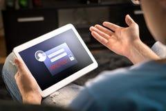 Compte entaillé sur le comprimé Sécurité de Cyber et fraude d'Internet photos stock