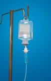 Compte-gouttes de médecine avec un antibiotique sur le bleu Photo libre de droits
