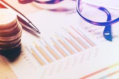 Compte rendu succinct et concept de analyse financier, stylo et carnet photo stock