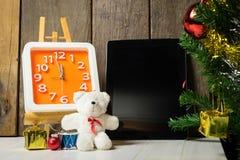 Compte vers le bas à la nouvelle année avec le comprimé Photographie stock libre de droits