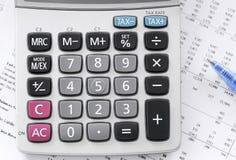 Comptes courants avec une calculatrice photo stock