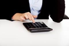 Comptes des mains de femme d'affaires sur la calculatrice Images libres de droits