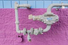 Compteur à gaz naturel sur un tuyau image libre de droits