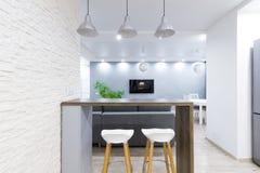 Compteur à l'intérieur d'appartement moderne photos libres de droits