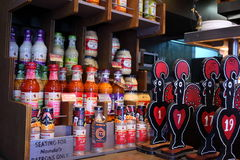 Compteur avec des bouteilles de sauce photos libres de droits