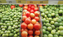 Compteur avec le fruit dans le supermarché Image libre de droits