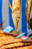 Compteur avec les poissons fumés Image stock