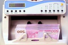 Compteur d'argent électronique avec d'euro factures Photos libres de droits