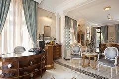 Compteur dans l'hôtel de luxe de villa photographie stock