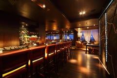 Compteur de bar avec des présidences dans le restaurant vide Photo libre de droits