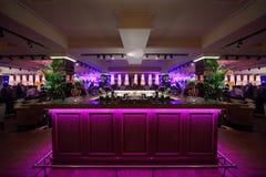 Compteur de bar avec l'illumination dans le restaurant photos stock