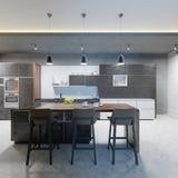 Compteur de barre avec des chaises et une île de cuisine dans une cuisine moderne, égalisant l'éclairage illustration de vecteur