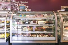 Compteur de boulangerie avec des pâtisseries image stock