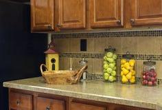 Compteur de cuisine à la maison avec des chocs de fruit photos stock