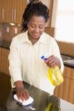 Compteur de cuisine de nettoyage de femme photos stock