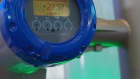 Compteur de l'eau de débitmètre avec des comptes de valeur de densité et de vitesse clips vidéos
