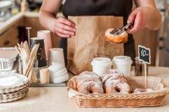 Compteur de magasin de beignet images libres de droits