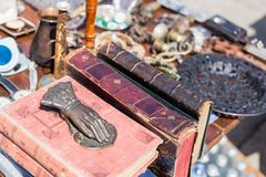 Compteur de marché aux puces Le vieux vintage a vieilli le heurtoir de livre et en bronze de porte et d'autres rétros marchandise image stock