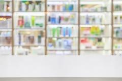 Compteur de pharmacie avec le produit de soins de santé de médecines photo stock