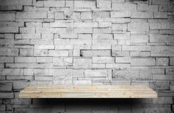 Compteur en pierre d'étagère sur la couche grise de roche pour l'affichage de produit photographie stock libre de droits