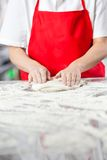 Compteur malpropre de Kneading Dough At de chef Photographie stock libre de droits