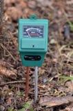 Compteur pH dans le jardin photos libres de droits