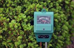 Compteur pH dans le jardin images stock