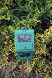 Compteur pH dans le jardin photographie stock libre de droits