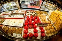 Compteur, pommes et bonbons de magasin de bonbons Photo stock