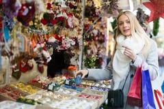 Compteur proche femelle avec des cadeaux de Noël Photos stock