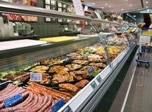 Compteur réfrigéré dans le supermarché image libre de droits