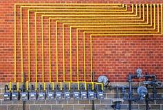 Compteurs à gaz sur le mur de briques Images libres de droits