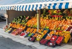 Compteurs organiques frais de marché de fruit de voisinage local avec les fruits colorés frais sur l'affichage en Grèce photo libre de droits