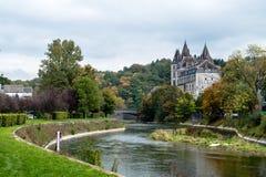 Comptez la serrure au-dessus de la rivière, Durbuy, Belgique Photographie stock libre de droits