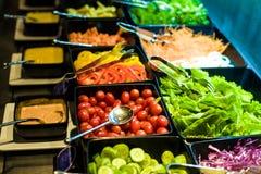 Comptoir à salades avec des légumes dans le restaurant Images libres de droits