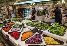 comptoir à salades avec les légumes frais photo libre de droits