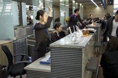Comptoir d'enregistrement d'Asiana Airlines à l'airpor d'Incheon Images libres de droits