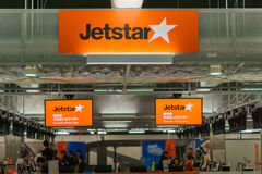 Comptoir d'enregistrement de JetStar à l'aéroport de Narita, Japon Photo stock