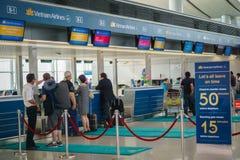 Comptoir d'enregistrement de Vietnam Airlines, Tan Son Nhat Airport, Saigon, Vietnam Image libre de droits
