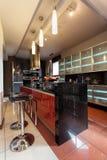 Comptoir de cuisine avec des chaises de barre photo libre de droits
