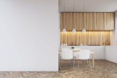 Comptoir de cuisine, table de salle à manger et un mur vide Photos libres de droits