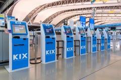 Comptoirs de service auto- d'enregistrement à l'intérieur de l'aéroport international de Kansai Photographie stock
