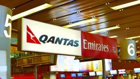 Comptoirs de service de passager d'associés, de Qantas et d'émirats Images libres de droits