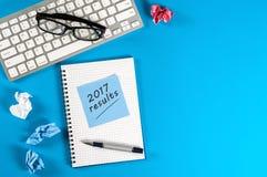Compuer klawiatura z notatką 2017 Wynika tekst na praca stole przy biurowym Odgórnym widokiem, mieszkanie nieatutowy Z pustą prze Fotografia Royalty Free