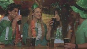 Compuesto de Digitaces de amigos sonrientes con el accesorio irlandés en la barra ilustración del vector