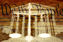 Compuesto de Digitaces: Edificio del Tribunal Supremo, las escalas de la justicia y el U S constitución fotos de archivo libres de regalías