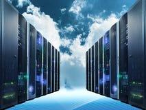 Computación de la nube y concepto del establecimiento de una red del ordenador: filas de los servidores de red contra el cielo az fotos de archivo
